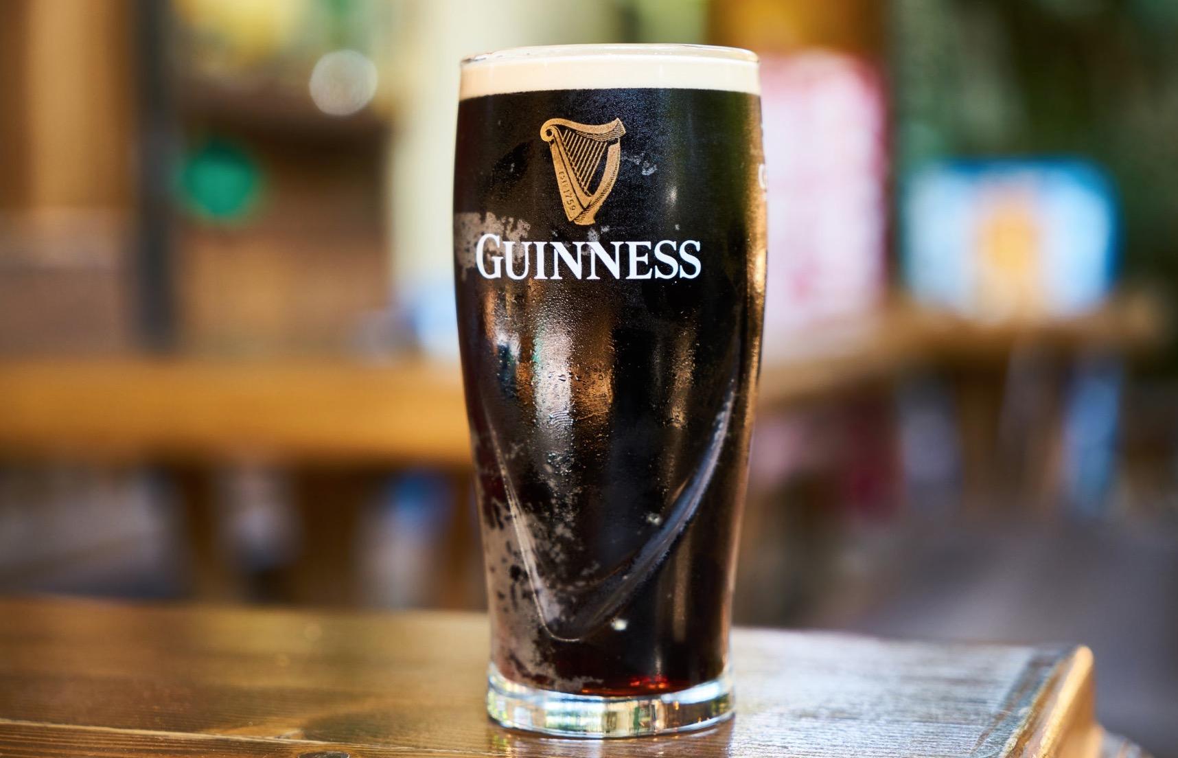 Pourquoi les bulles desendent dans la cascade Guinness ?